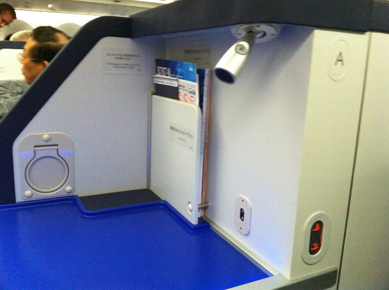 Business class seat in Boeing 787-800