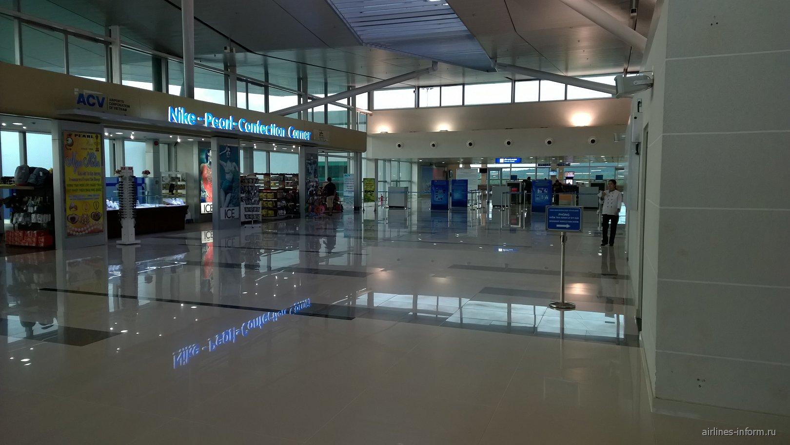 Магазин и зона досмотра в аэропорту Фукуок