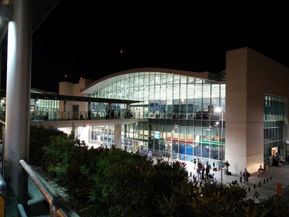 Пассажирские терминал аэропорта Ларнака ночью
