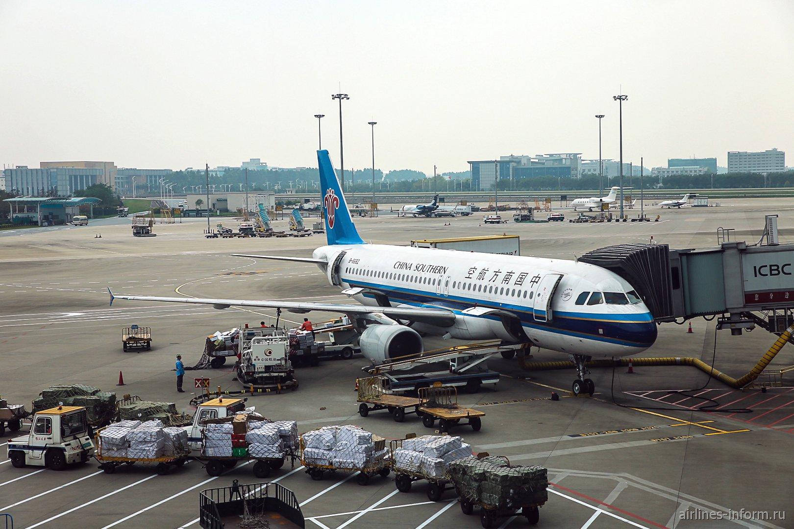 Загрузка авиалайнера Airbus A320 China Southern Airlines в аэропорту Гуанчжоу