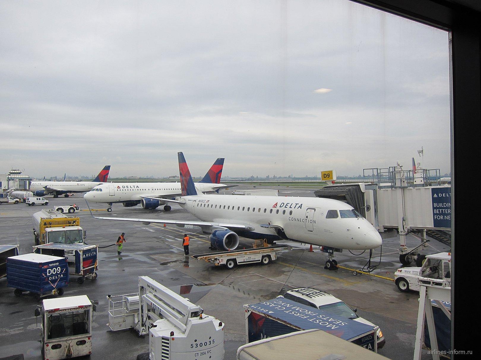 Embraer 175 авиакомпании Shuttle America в аэропорту Нью-Йорк Ла-Гардия