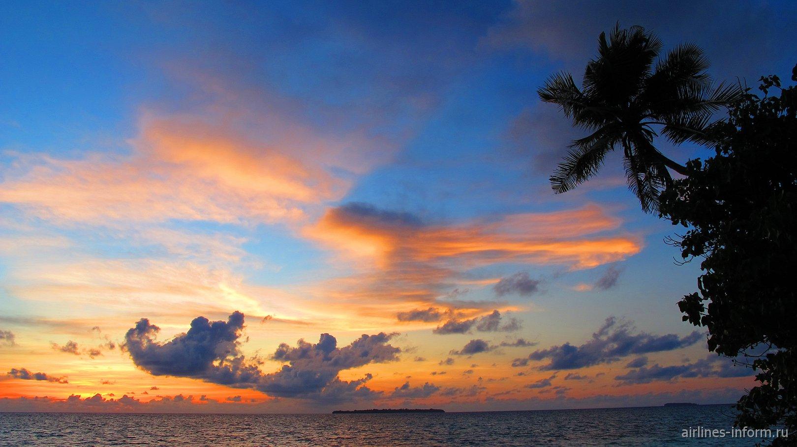 Облака на закате на острове Кей в Индонезии