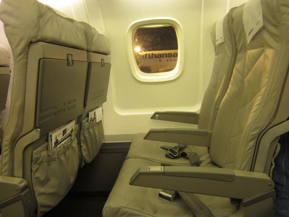 Пассажирские кресла в самолете ERJ145 авиакомпании Luxair