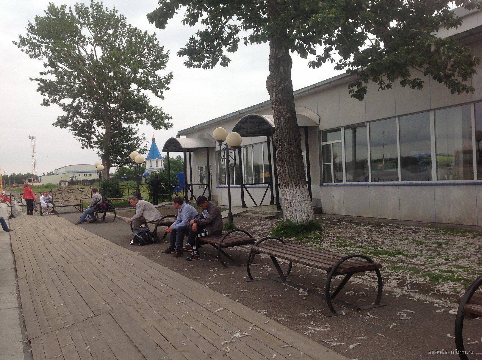 Открытая площадка рядом с залом ожидания в чистой зоне аэропорта Елизово