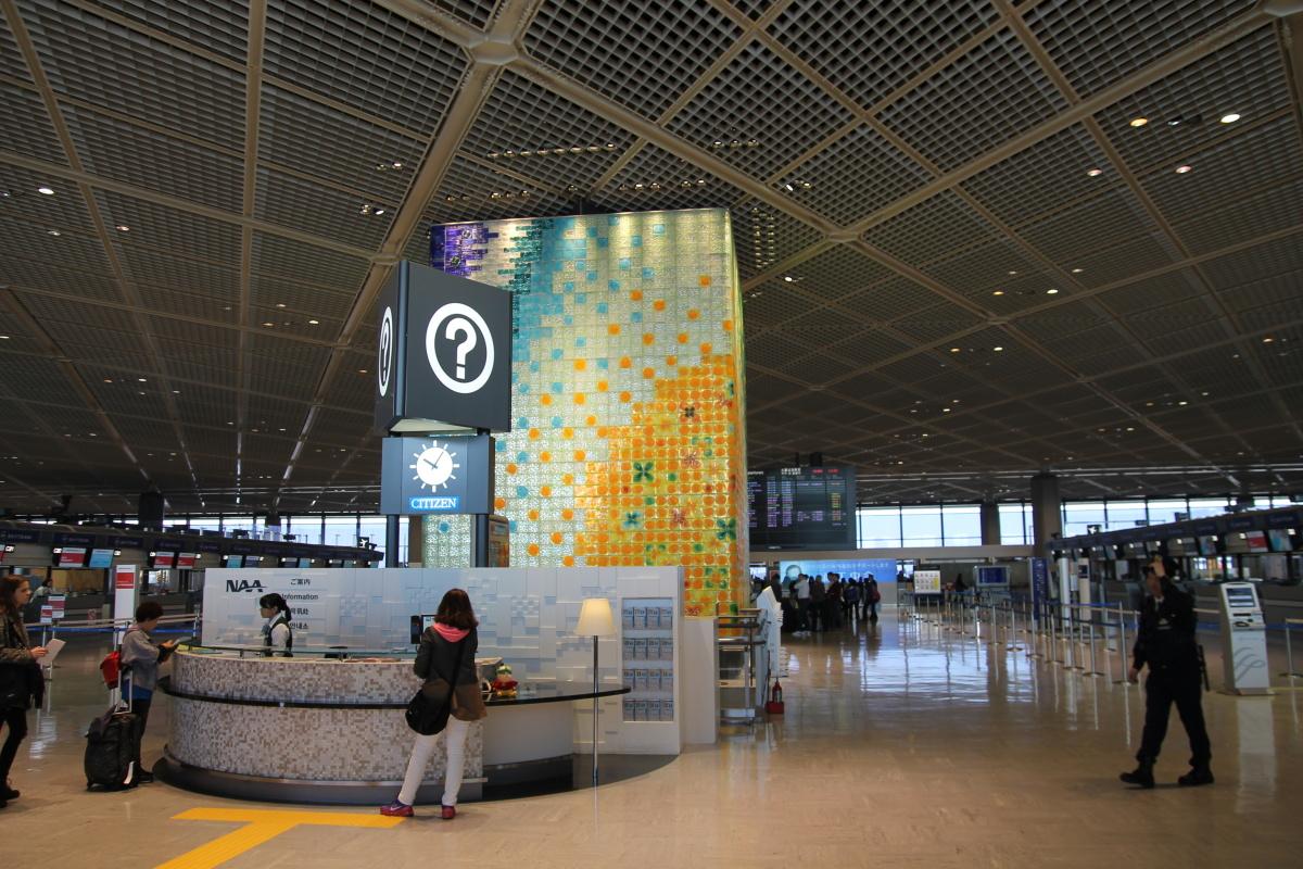 Стойка информации в терминале 1 аэропорта Токио Нарита