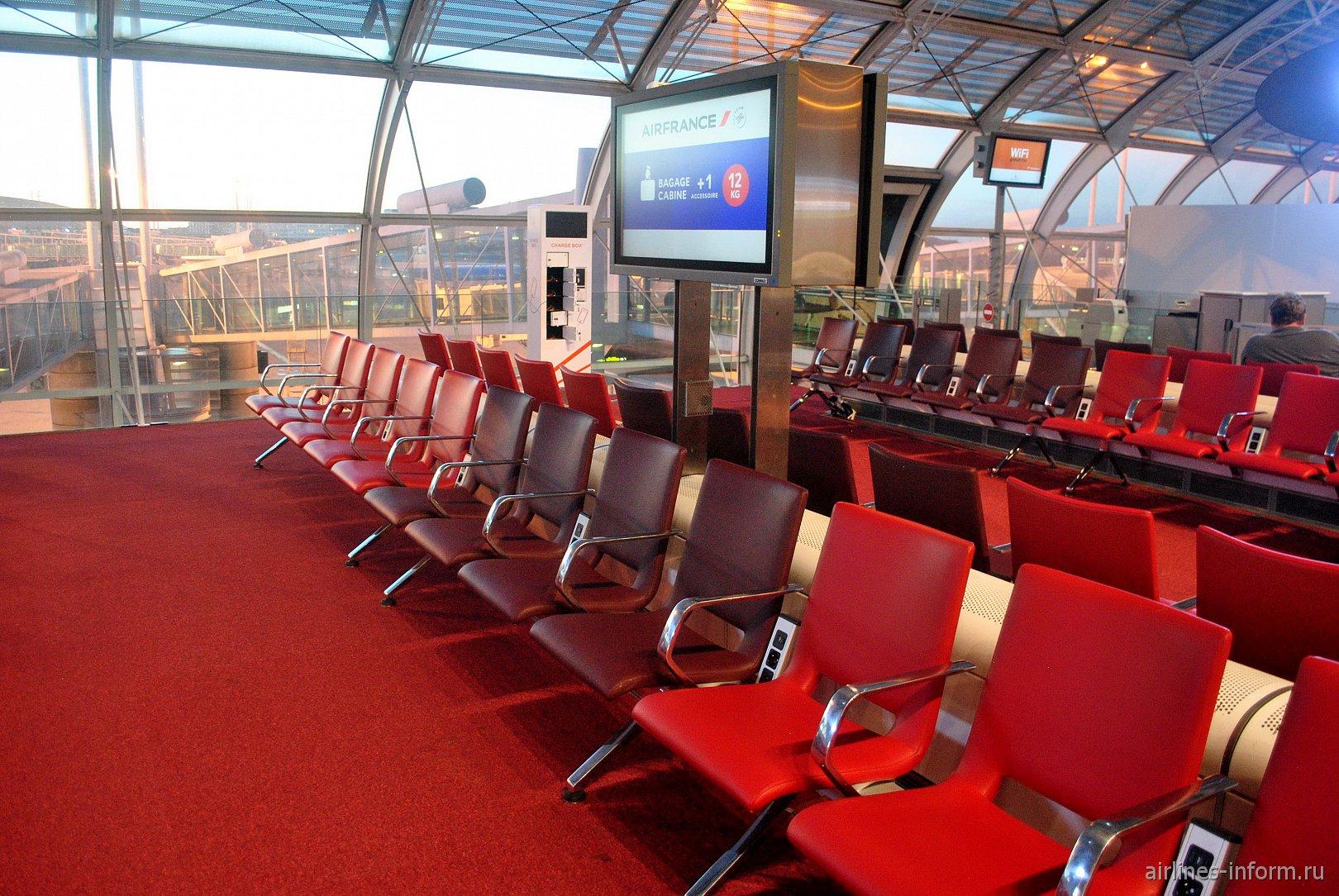 Места для ожидания рейсов в конкорсе F терминала 2 аэропорта Париж Шарль-де-Голль