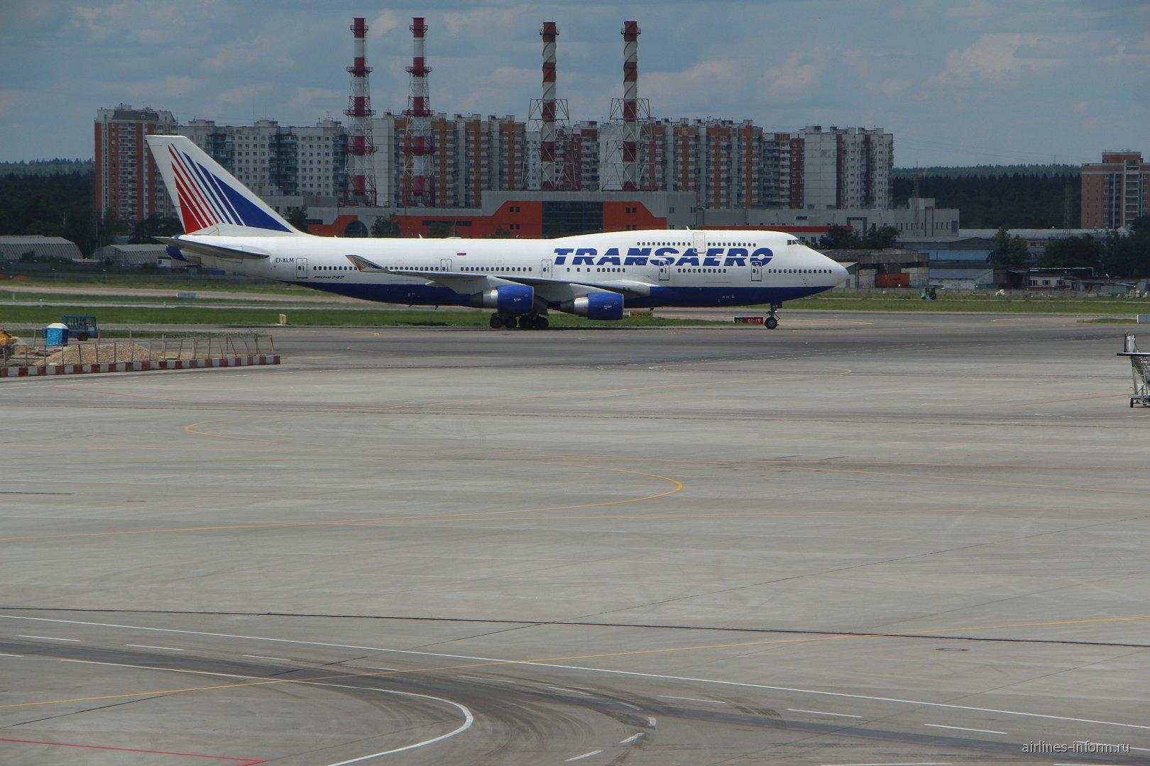 В747-400 Подгоняют к трапу для посадки на Канкун