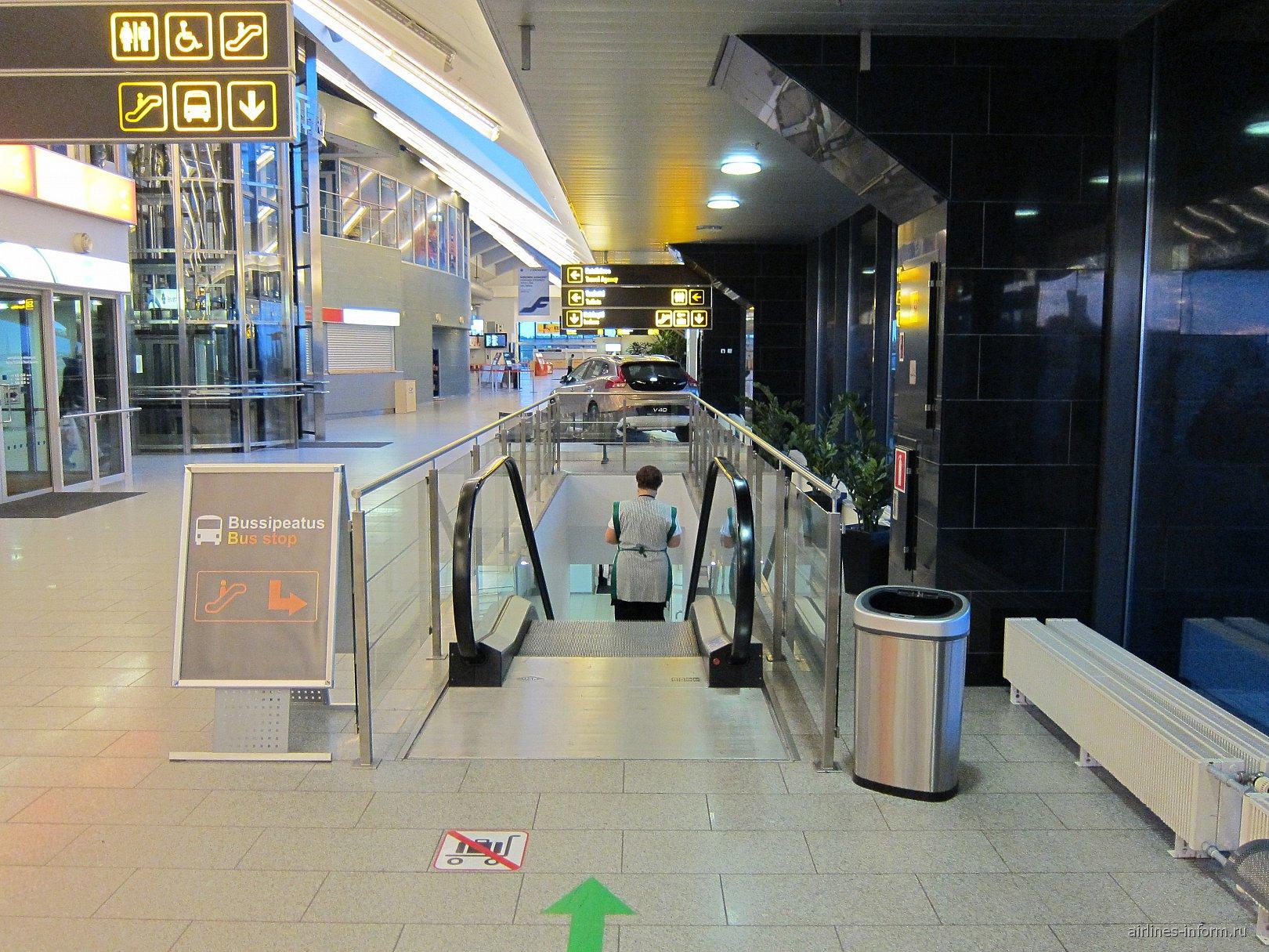 Эскалатор на первый этаж в терминале аэропорта Таллинна