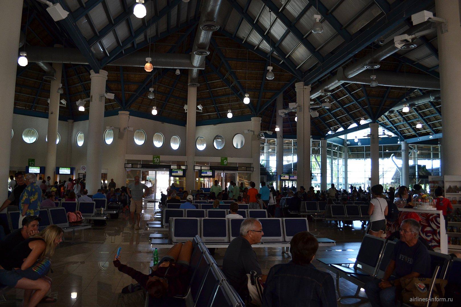 Зал ожидания с кондиционером в чистой зоне аэропорта Пунта-Кана