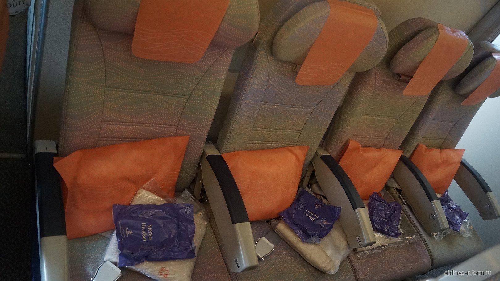 Пассажирские кресла экономического класса в самолете Боинг-777-200 авиакомпании Emirates