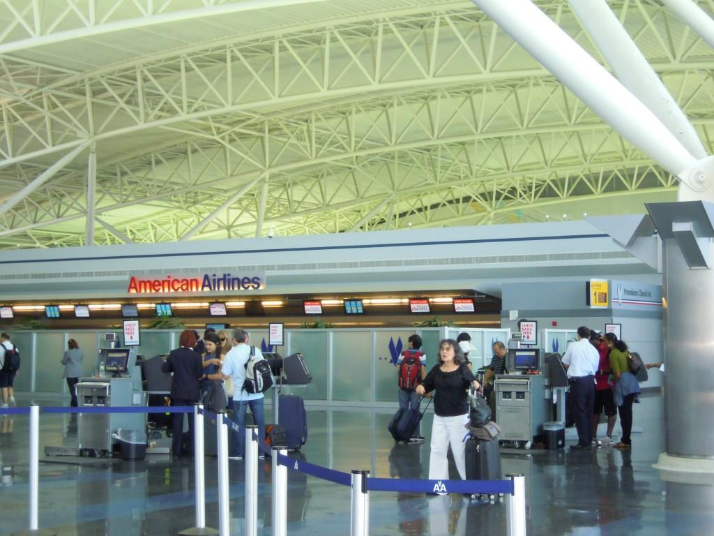 Стойки регистрации American Airlines в терминале 8 аэропорта Джона Кеннеди в Нью-Йорке