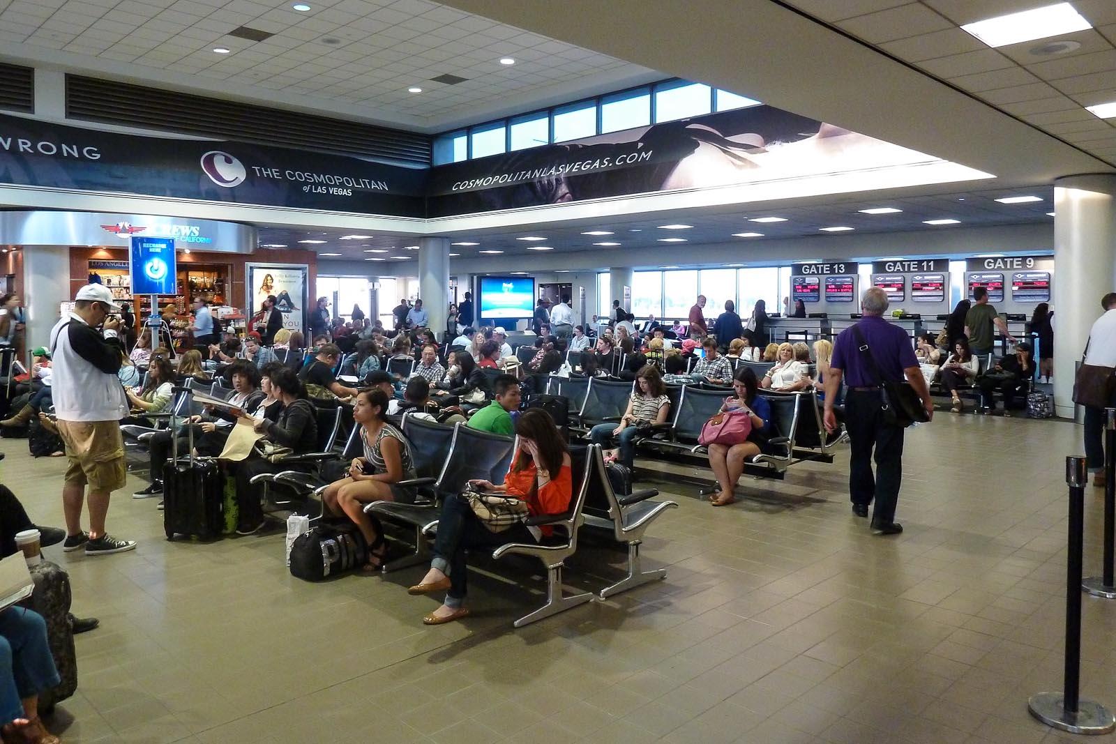 Зал ожидания перед выходами на посадку в аэропорту Лос-Анджелес