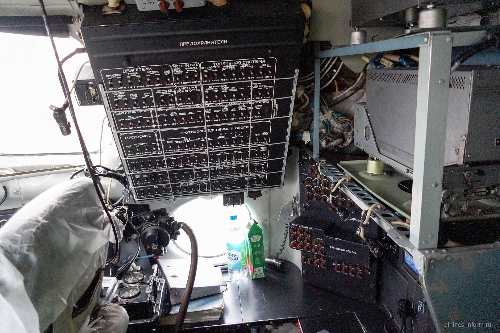 Пилотская кабина в самолете Ан-24 авиакомпании