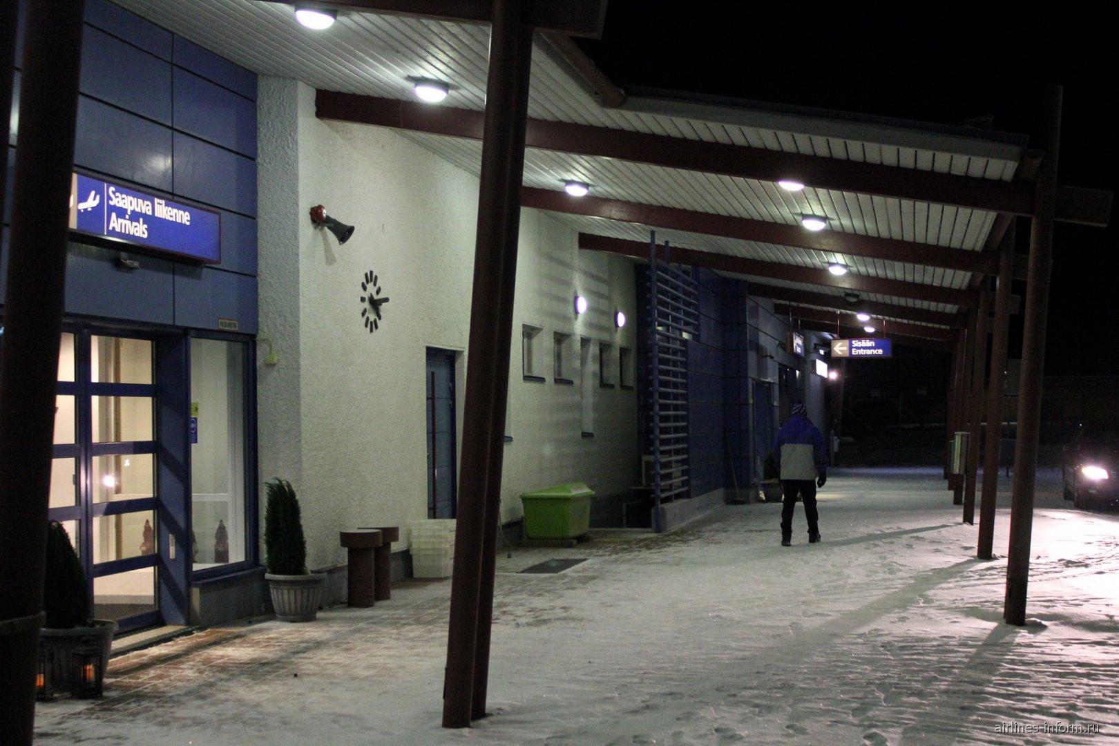 Вход в зону прилета аэропорта Каяни