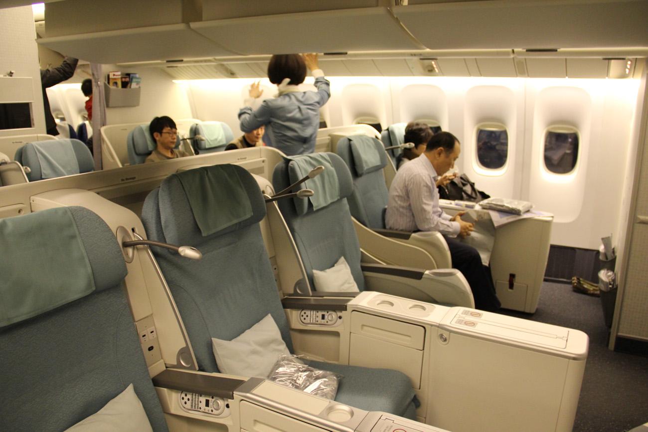 Салон Бизнес-класса в самолете Боинг-777-200 авиакомпании Korean Air