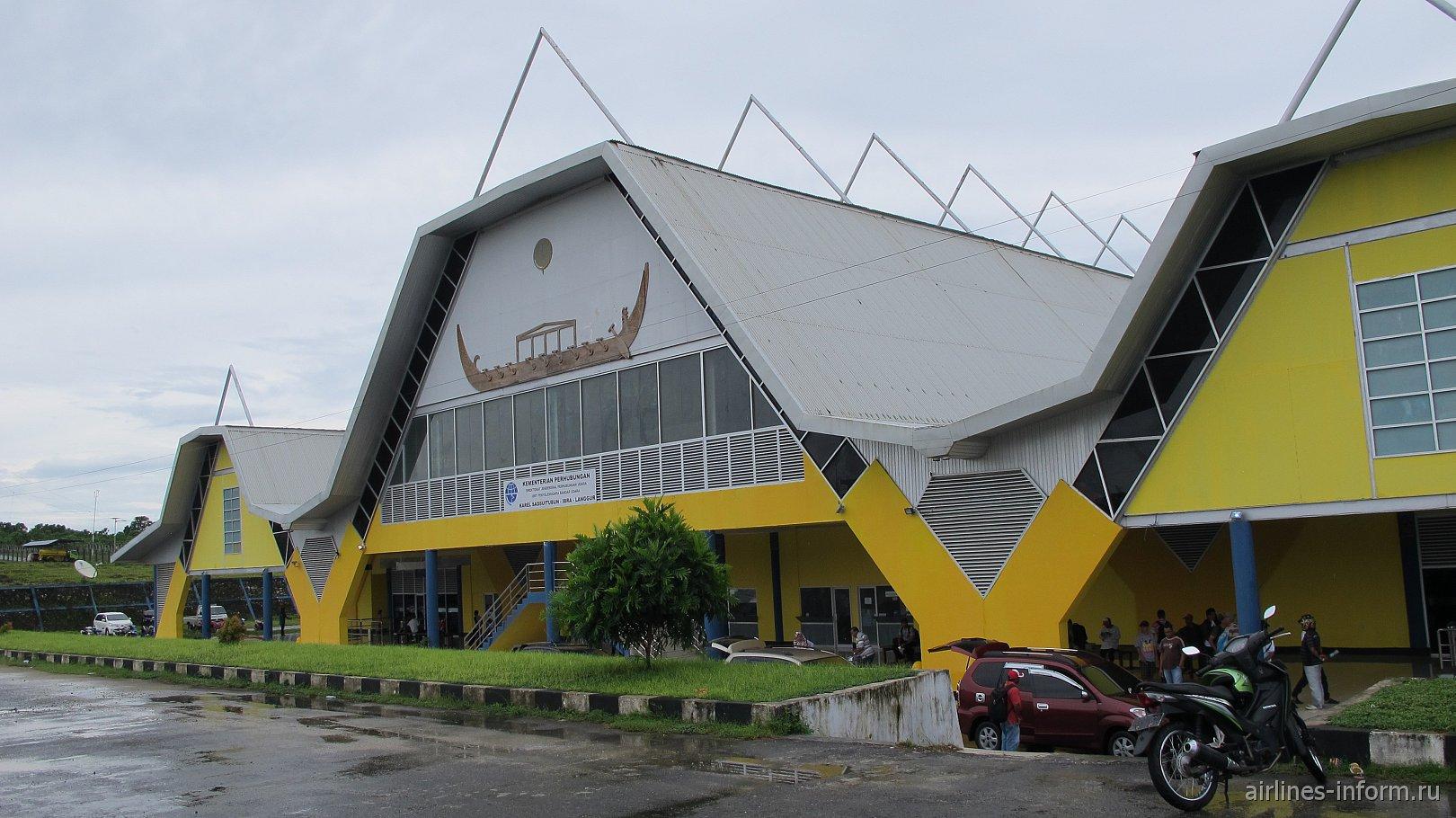 Вид с привокзальной площади на пассажирский терминал аэропорта Лангур