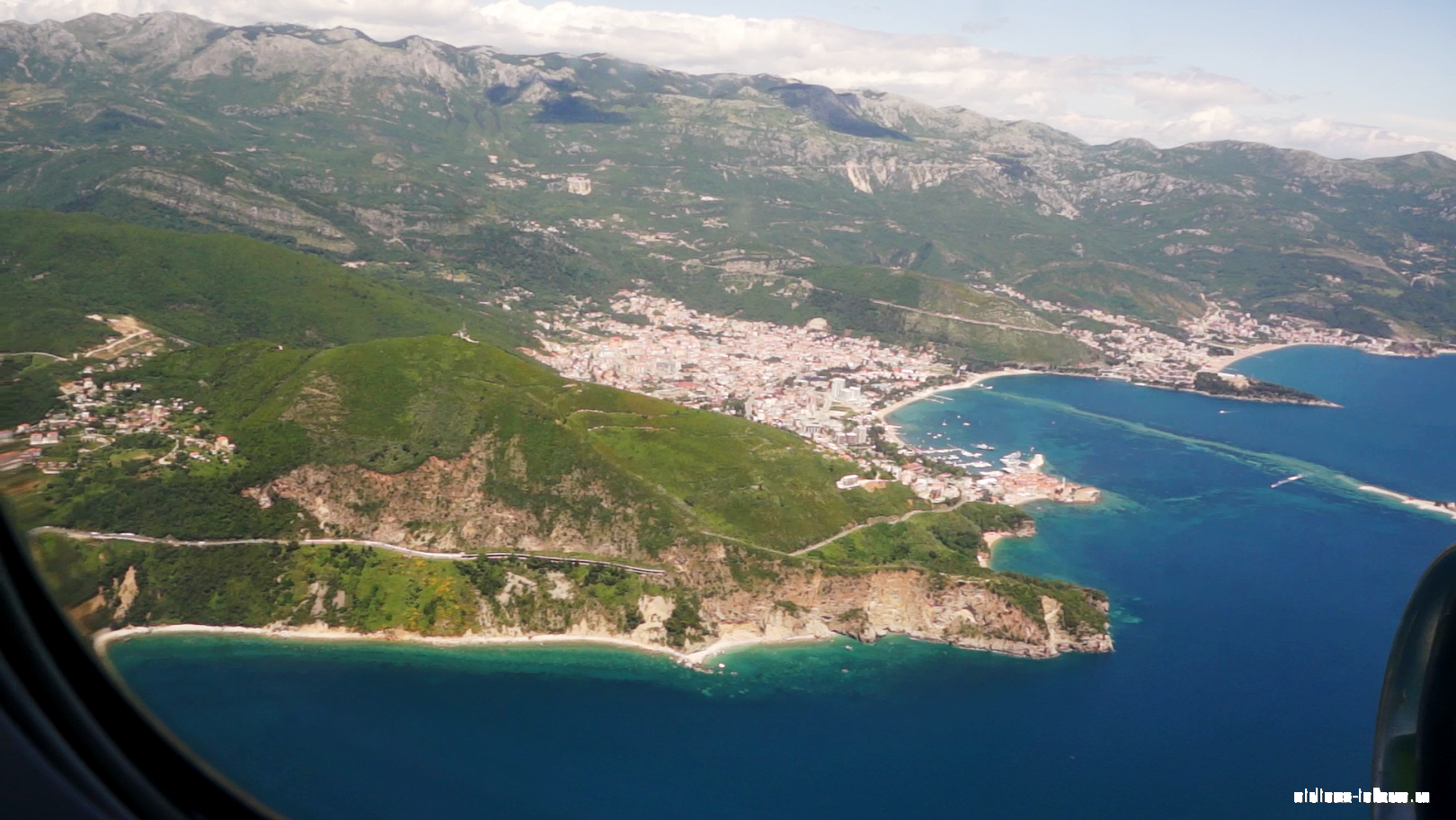 Вид на морское побережье Черногории перед посадкой в аэропорту Тиват