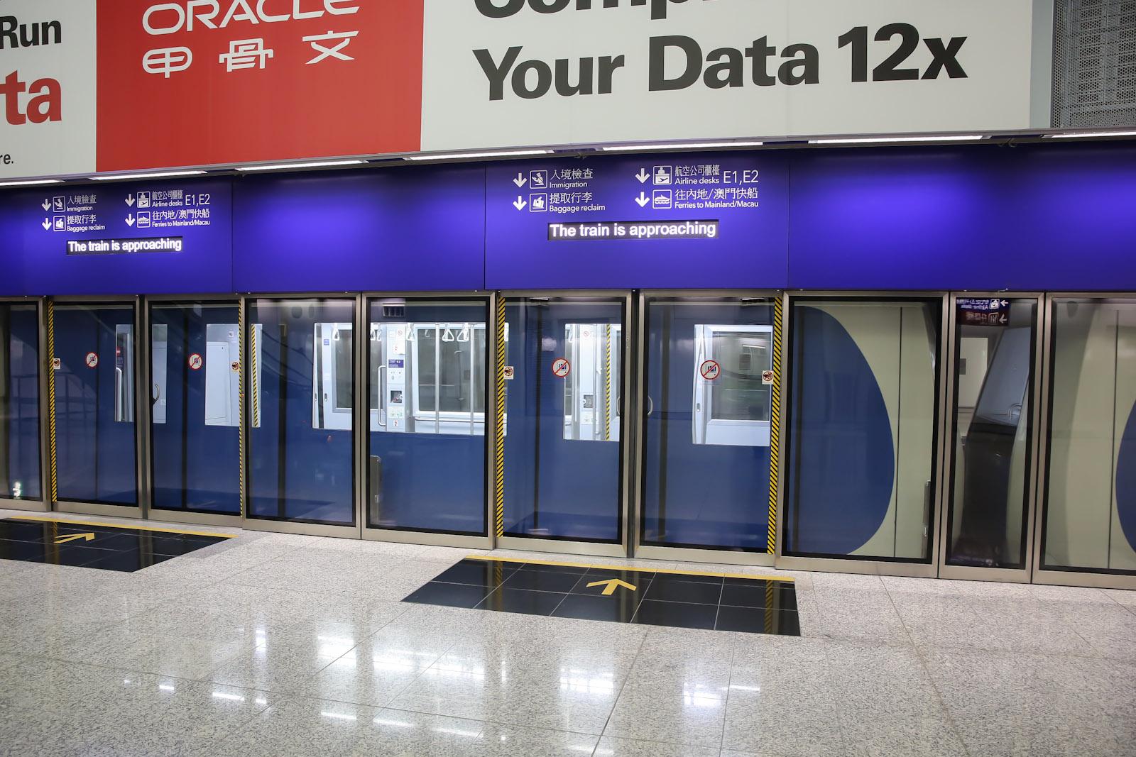 Поезд в терминале 1 аэропорта Гонконга