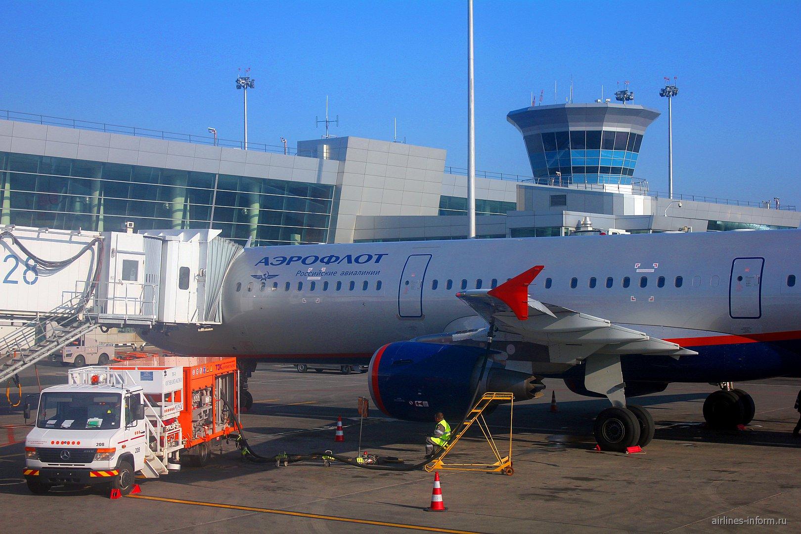 Подготовка к вылету самолета Airbus A321 Аэрофлота в аэропорту Шереметьево