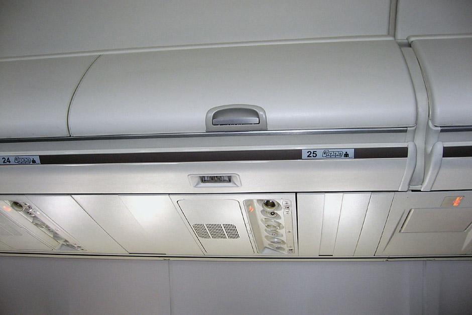 Багажные полки в самолете Боинг-737-800
