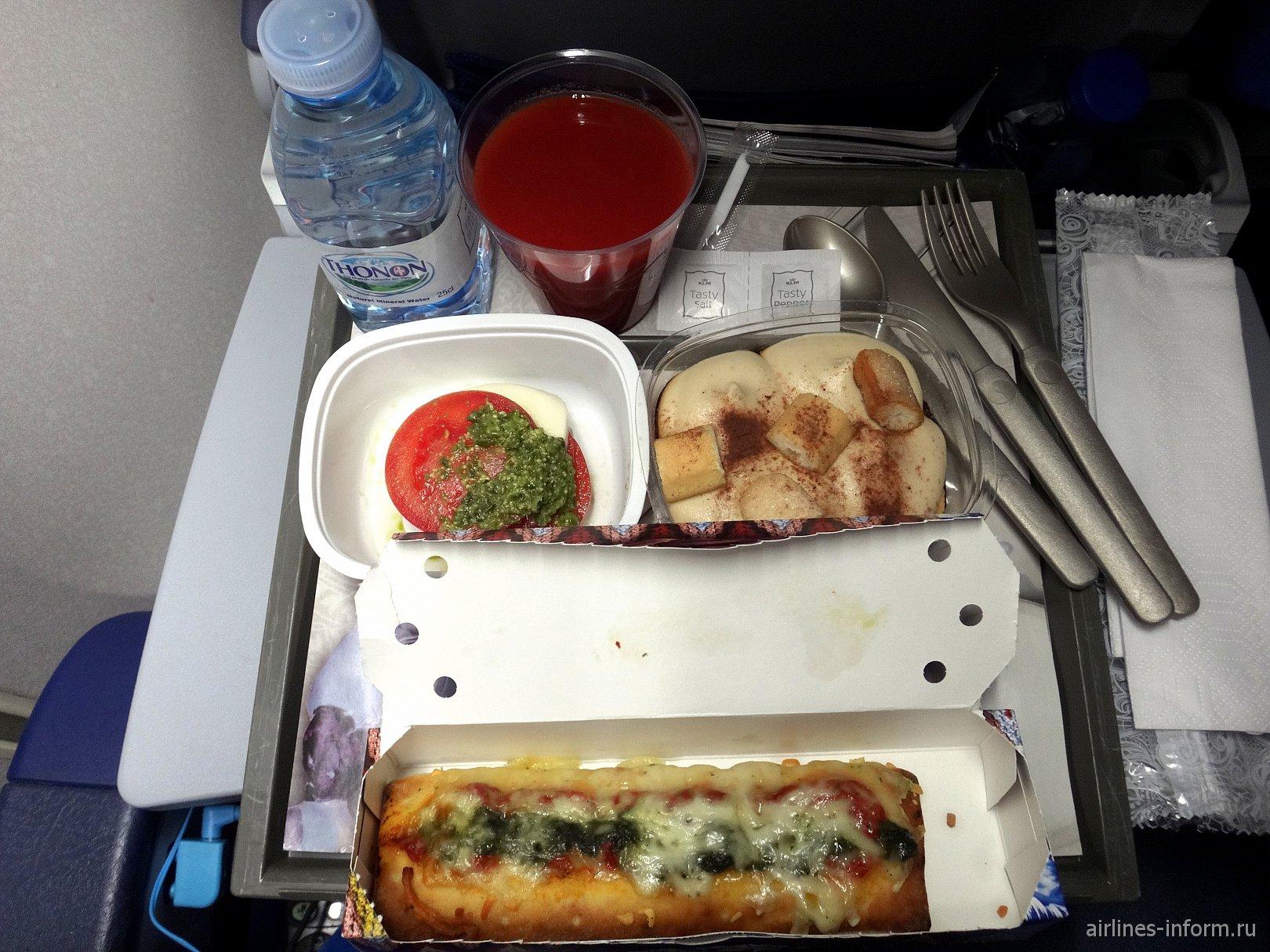 Второе питание на рейсе Амстердам-Хьюстон авиакомпании KLM