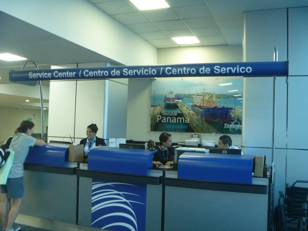 Информационная стойка Copa Airlines в аэропорту Панама Токумен