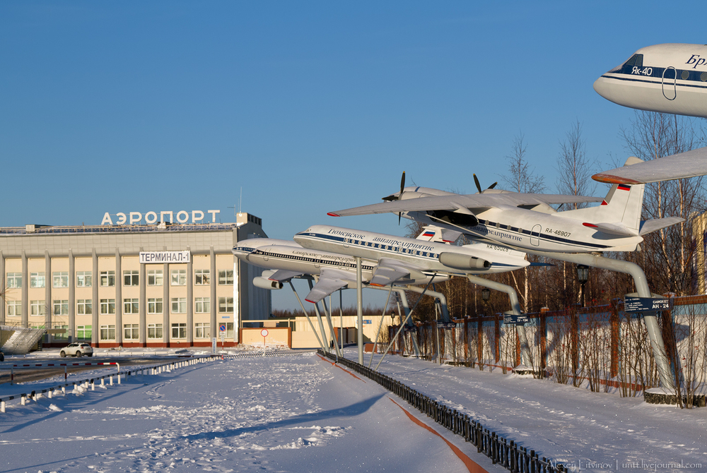 Макеты самолетовна привокзальной площади аэропорта Нижневартовск