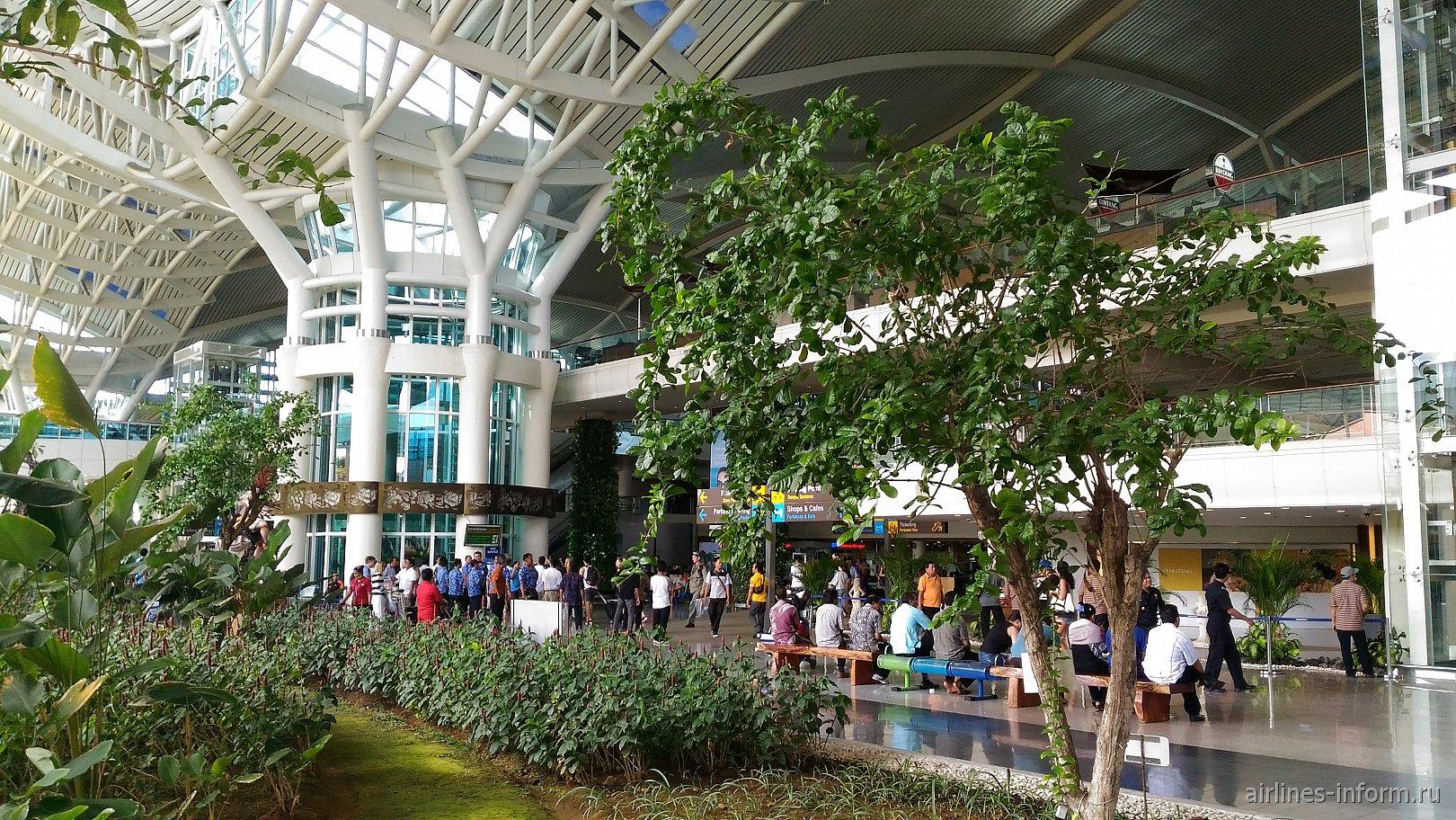 Зона прибытия в международном терминале аэропорта Денпасар Нгура Рай