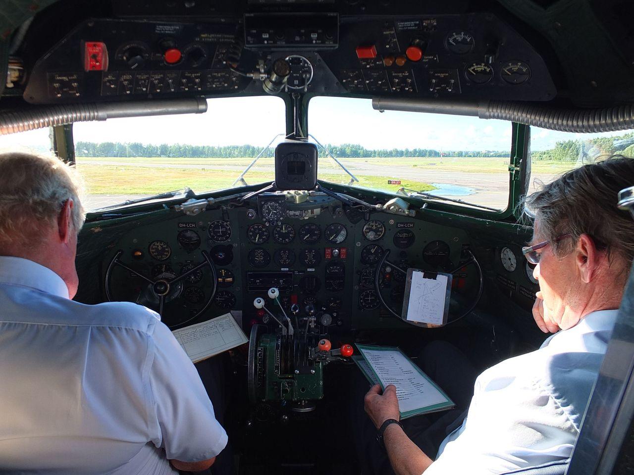 Пилотская кабина в самолете Douglas DC-3