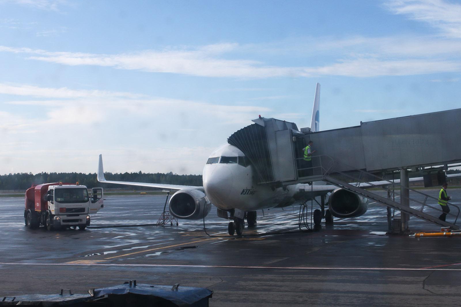 Боинг-737-500 ЮТэйр в аэропорту Сургута