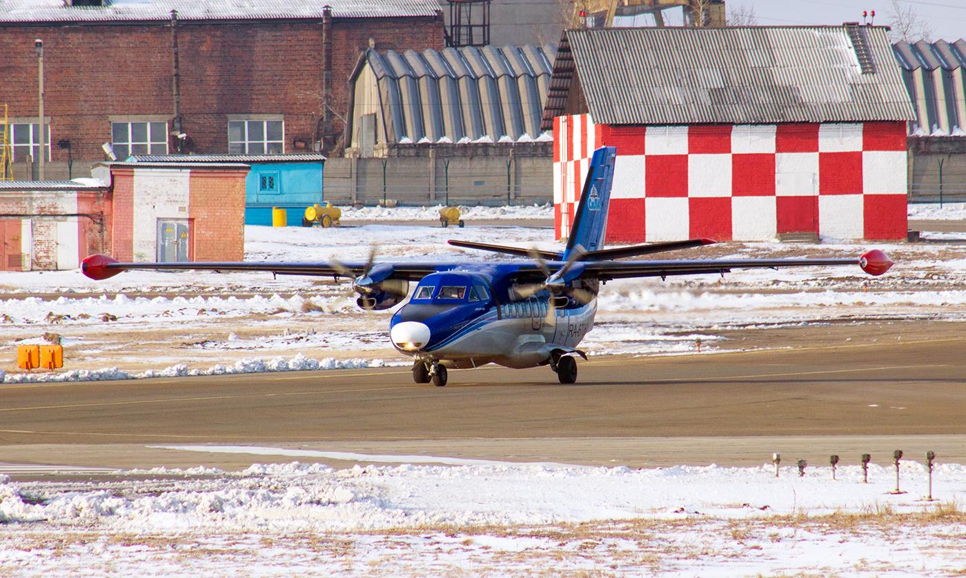 Самолет Л-410 авиакомпании СиЛА в аэропорту Иркутска