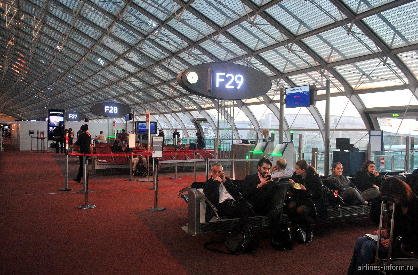 Выходы на посадку в конкорсе F терминала 2 аэропорта Париж Шарль-де-Голль