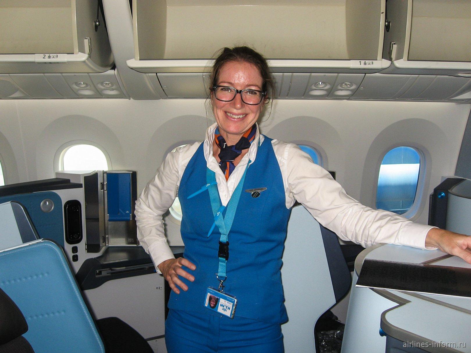 Стюардесса авиакомпании KLM после выполнения рейса Амстердам-Торонто