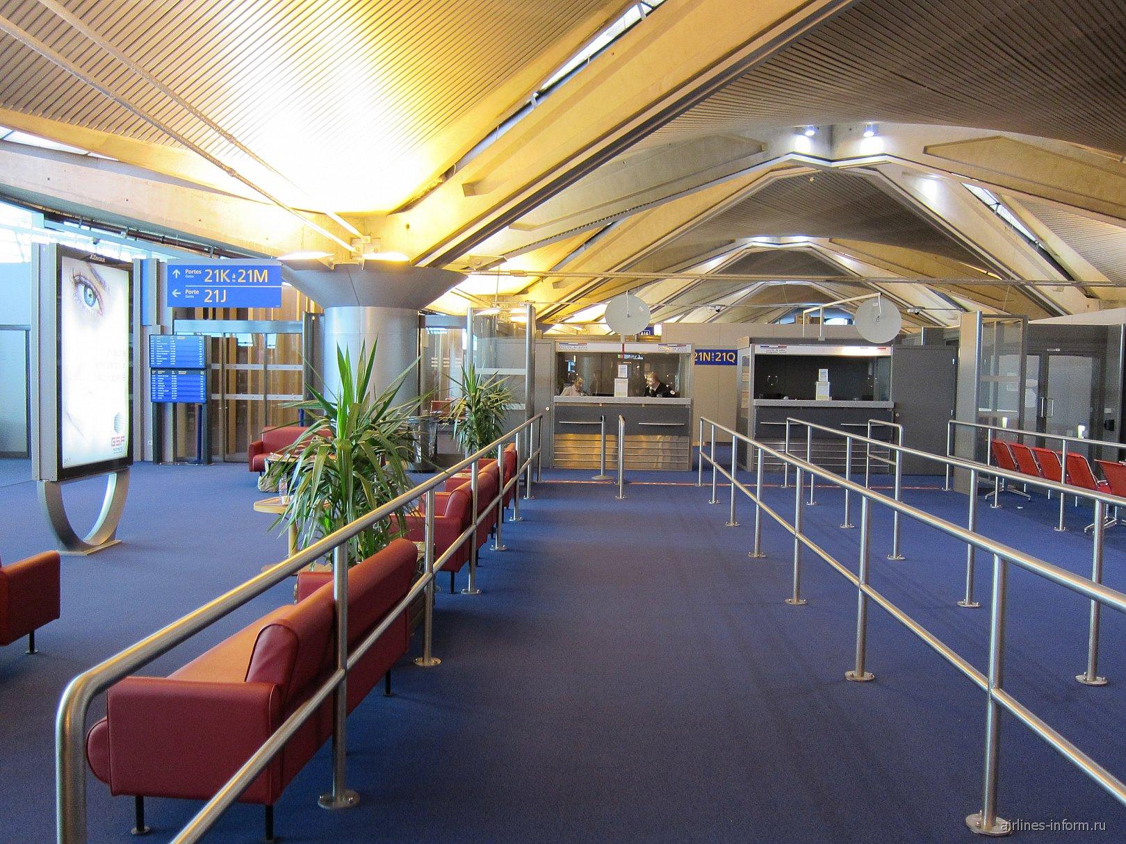 Будки погранконтроля в терминале 2 аэропорта Лион Сент-Экзюпери