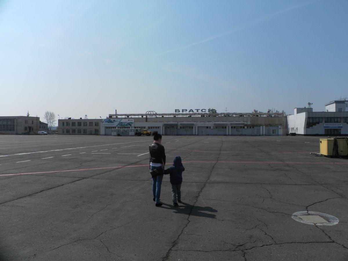 На перроне аэропорта Братск
