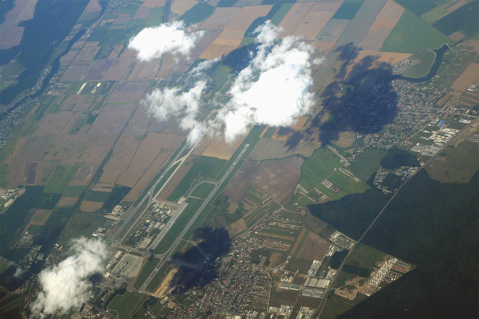 Вид из самолета на аэропорт Бухарест Генри Коандэ