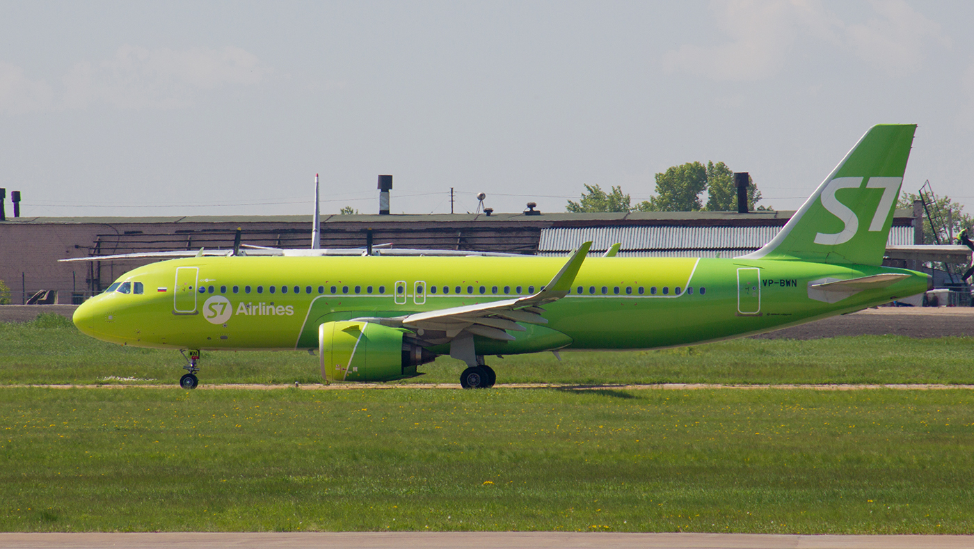 Авиалайнер Airbus A320 VP-BWN авиакомпании S7 Airlines в аэропорту Иркутска