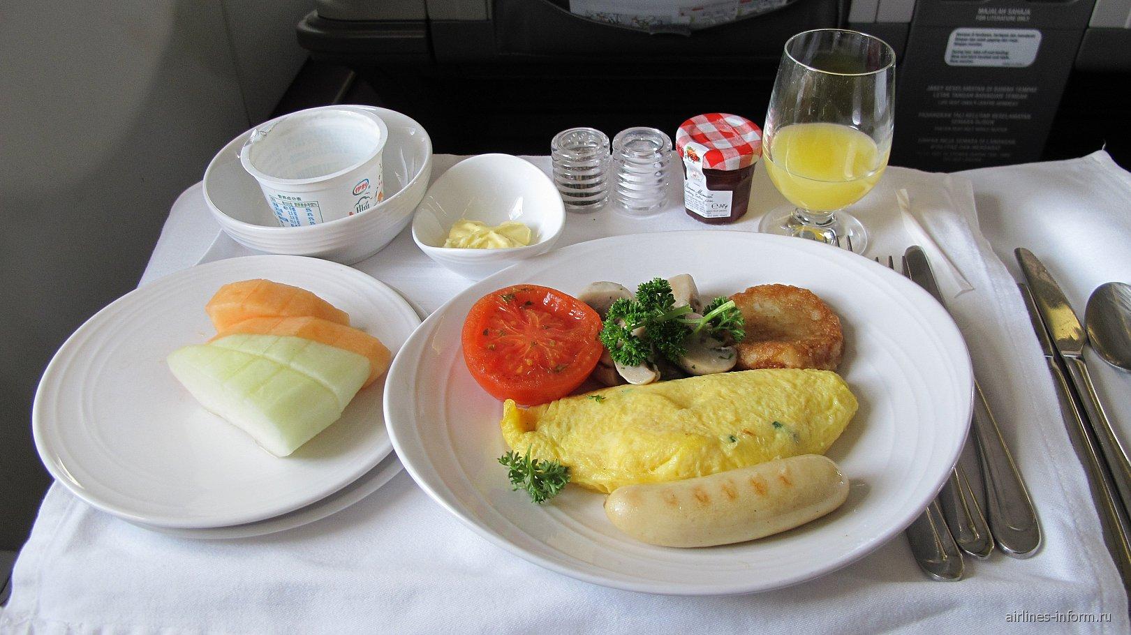 Питание бизнес-класса на рейсе Пекин-Куала-Лумпур Малайзийских авиалиний
