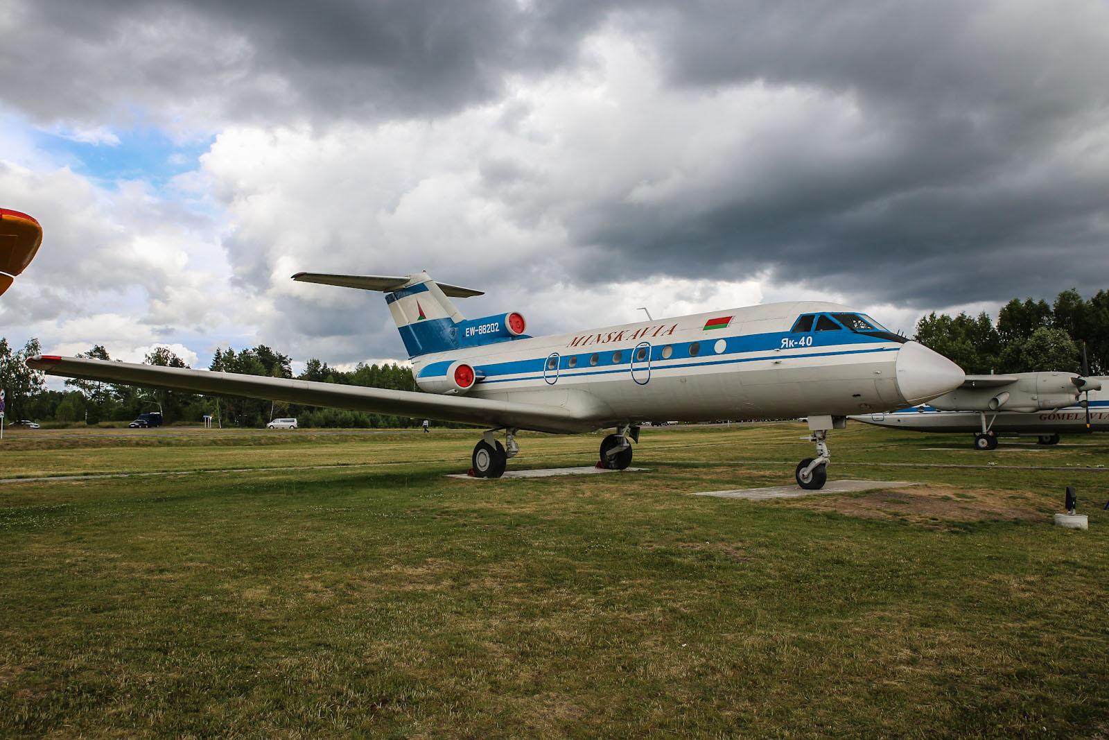 Самолет Як-40 Минскавиа на привокзальной площади в аэропорту Минска
