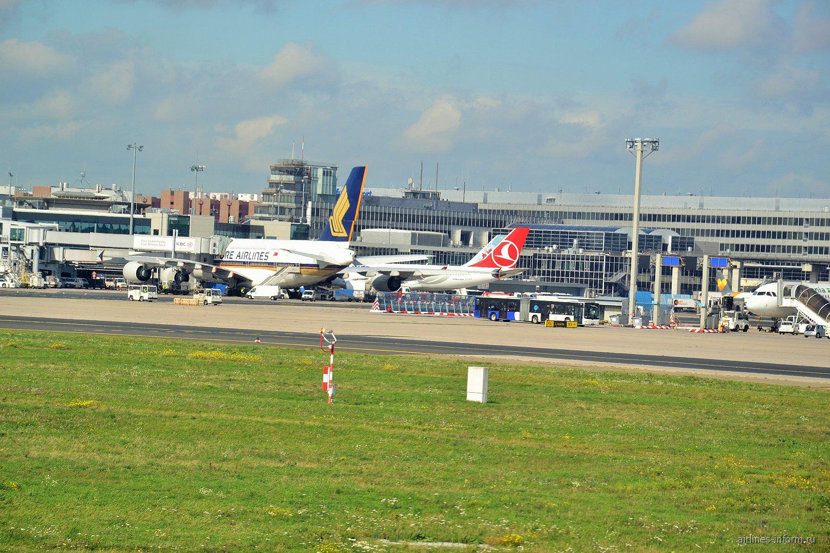 Самолеты у гейтов в аэропорту Франкфурт
