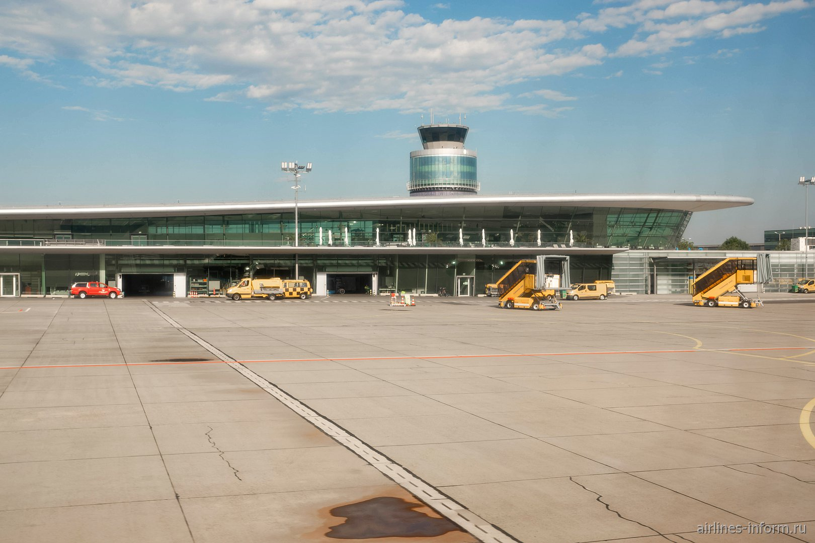 Вид с перрона на пассажирский терминал аэропорта Грац Талерхоф