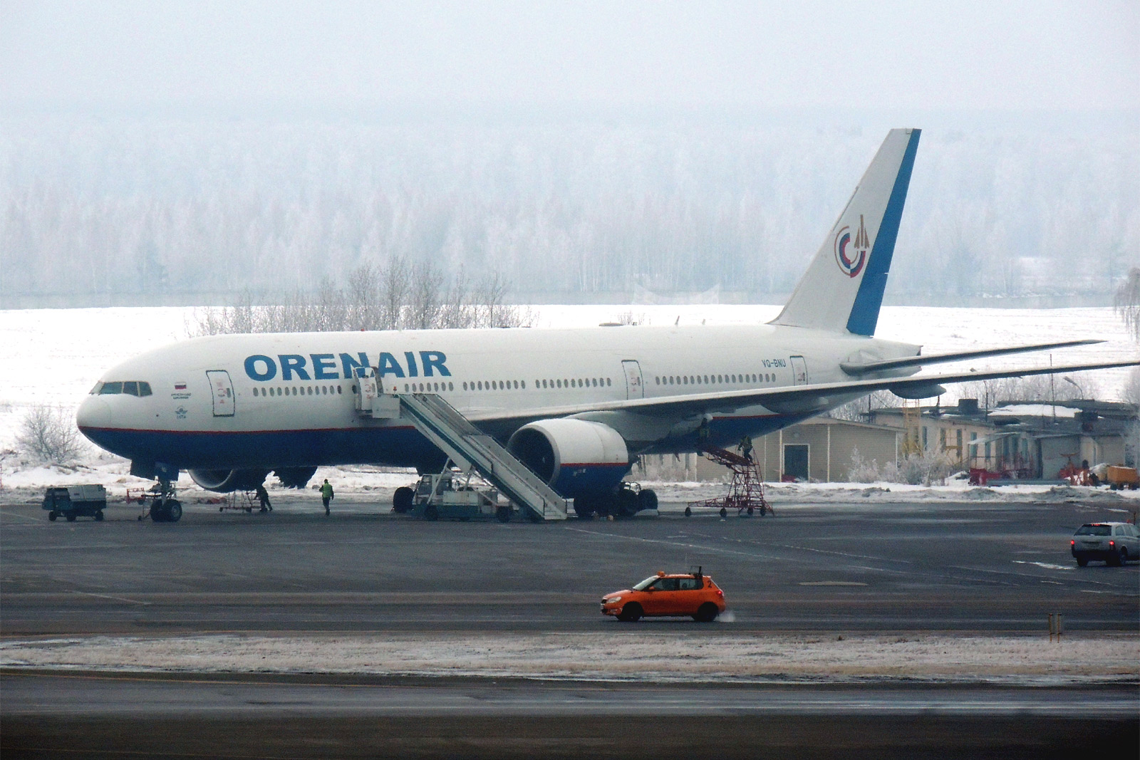 Боинг-777-200 Оренбургских авиалиний в аэропорту Москва Домодедово
