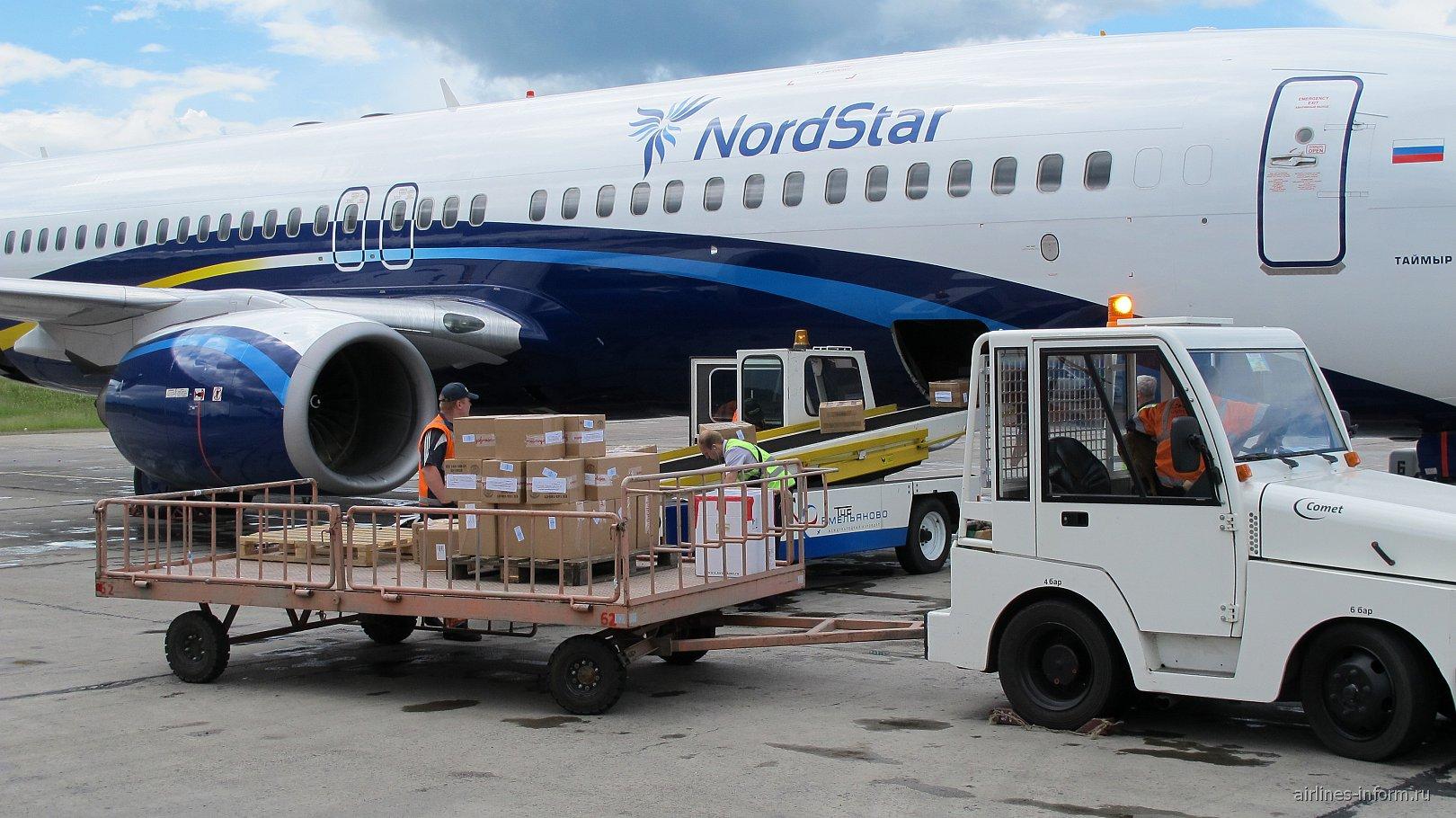 Загрузка груза в самолет Боинг-737 авиакомпании NordStar в аэропорту Емельяново