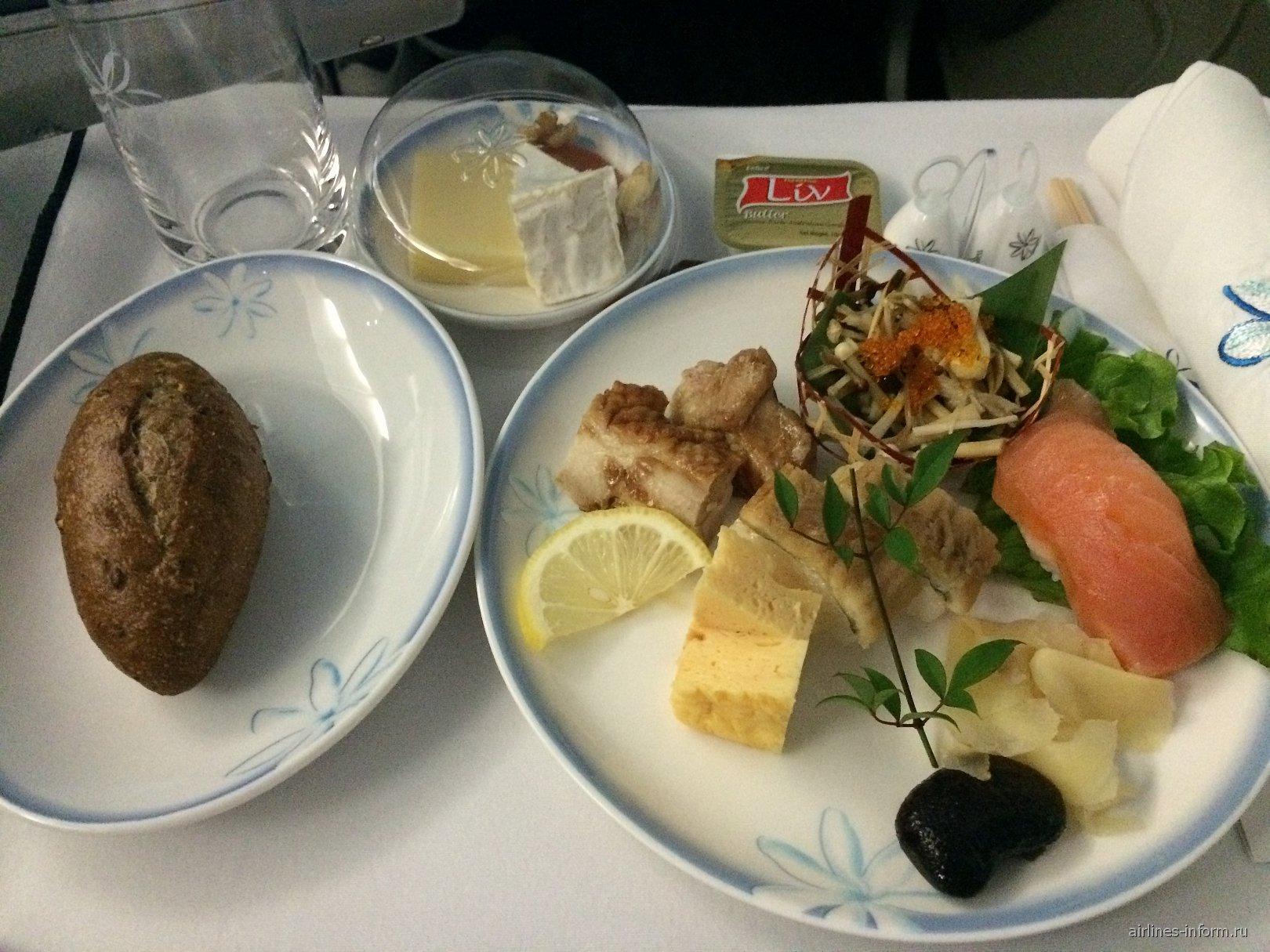 Холодные закуски в бизнес-классе авиакомпании Air Tahiti Nui на рейсе Токио-Папеэте