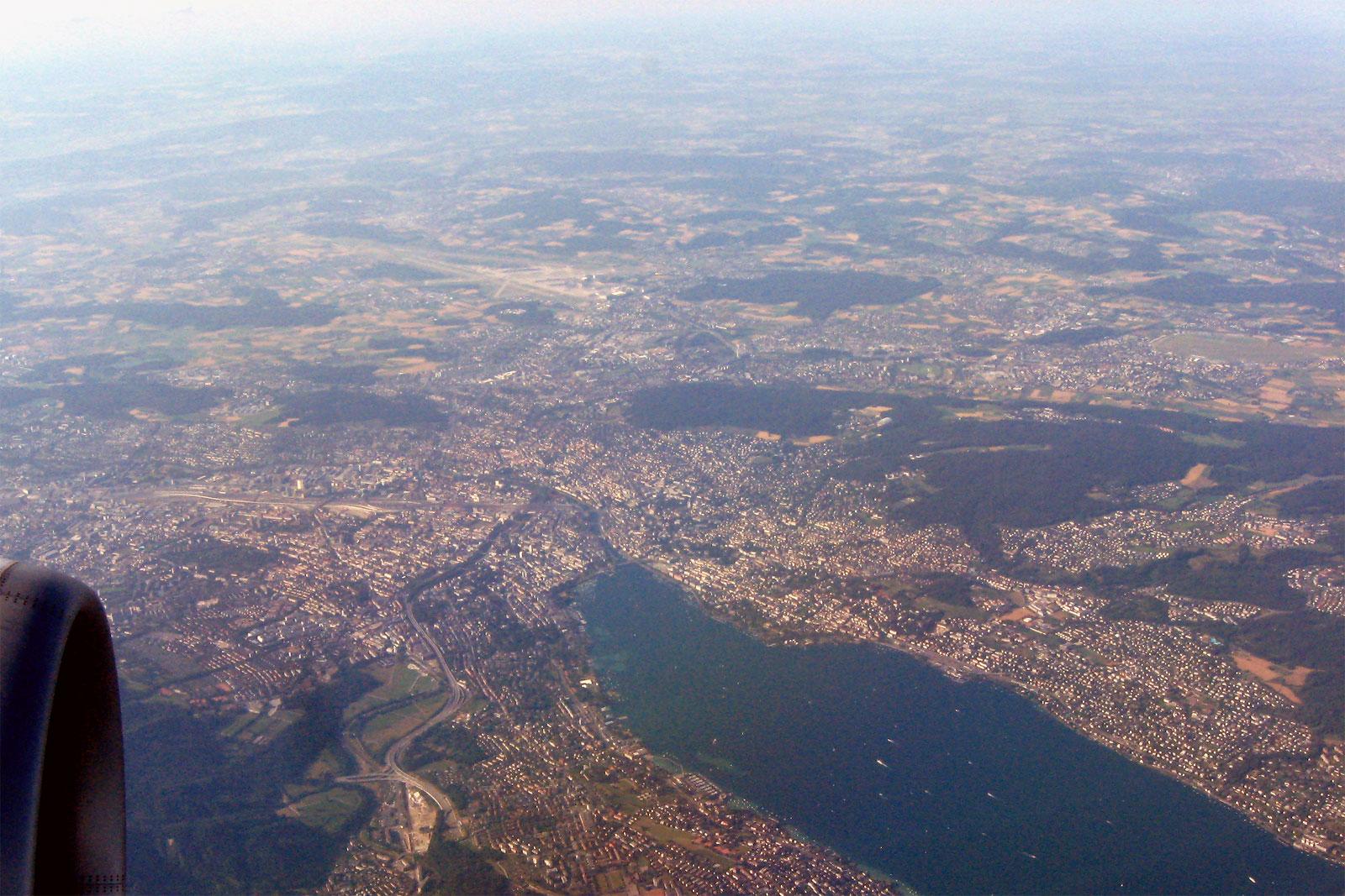 Город Цюрих. Вдали аэропорт Клотен.