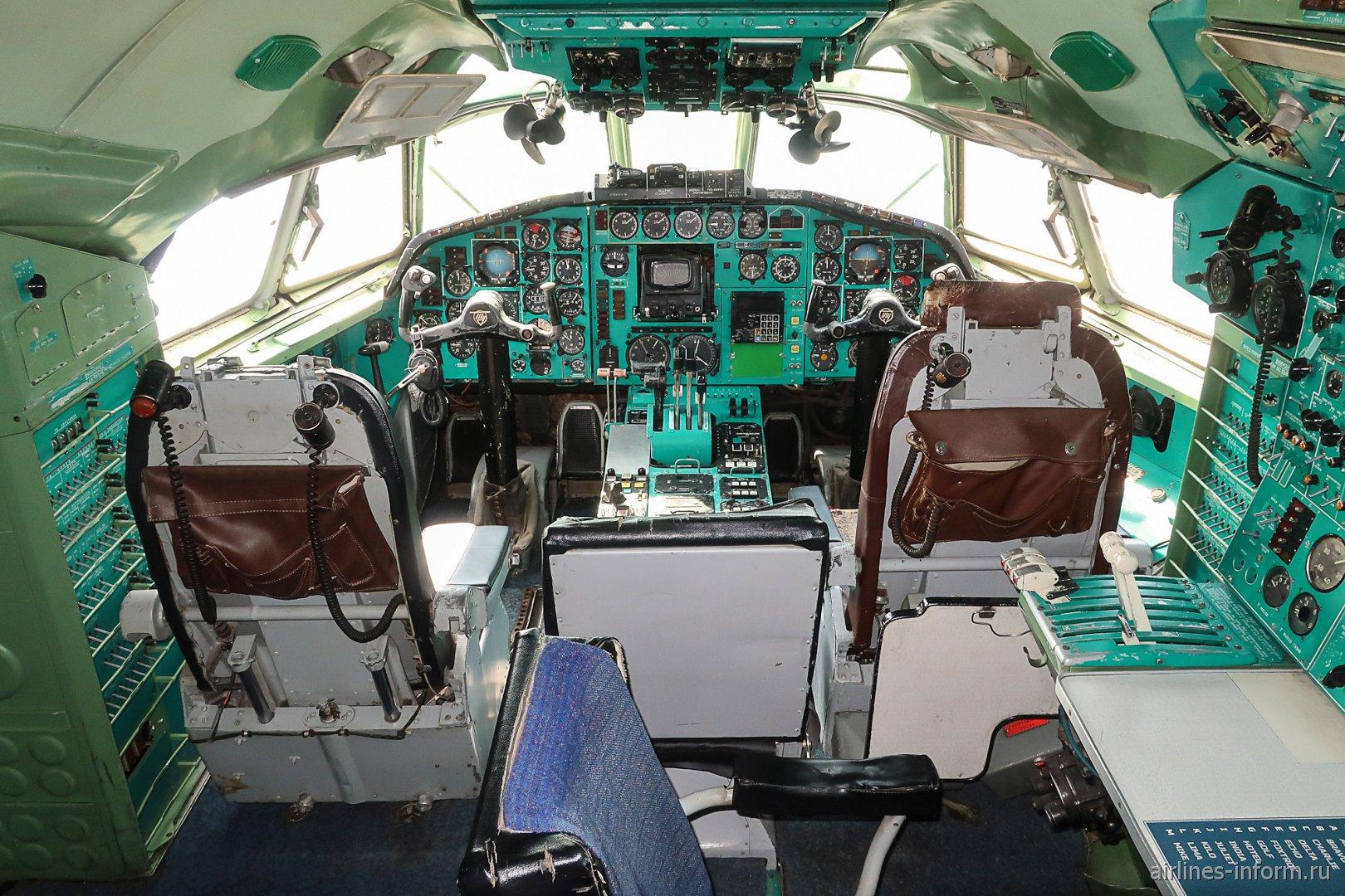 Кабина пилотов в самолете Ту-154Б-2
