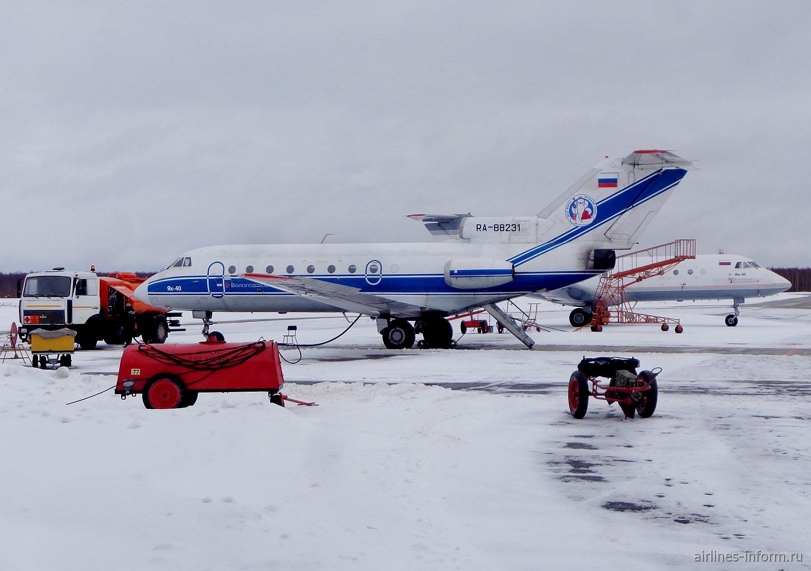 Самолет Як-40 RA-88231 в аэропорту Вологда