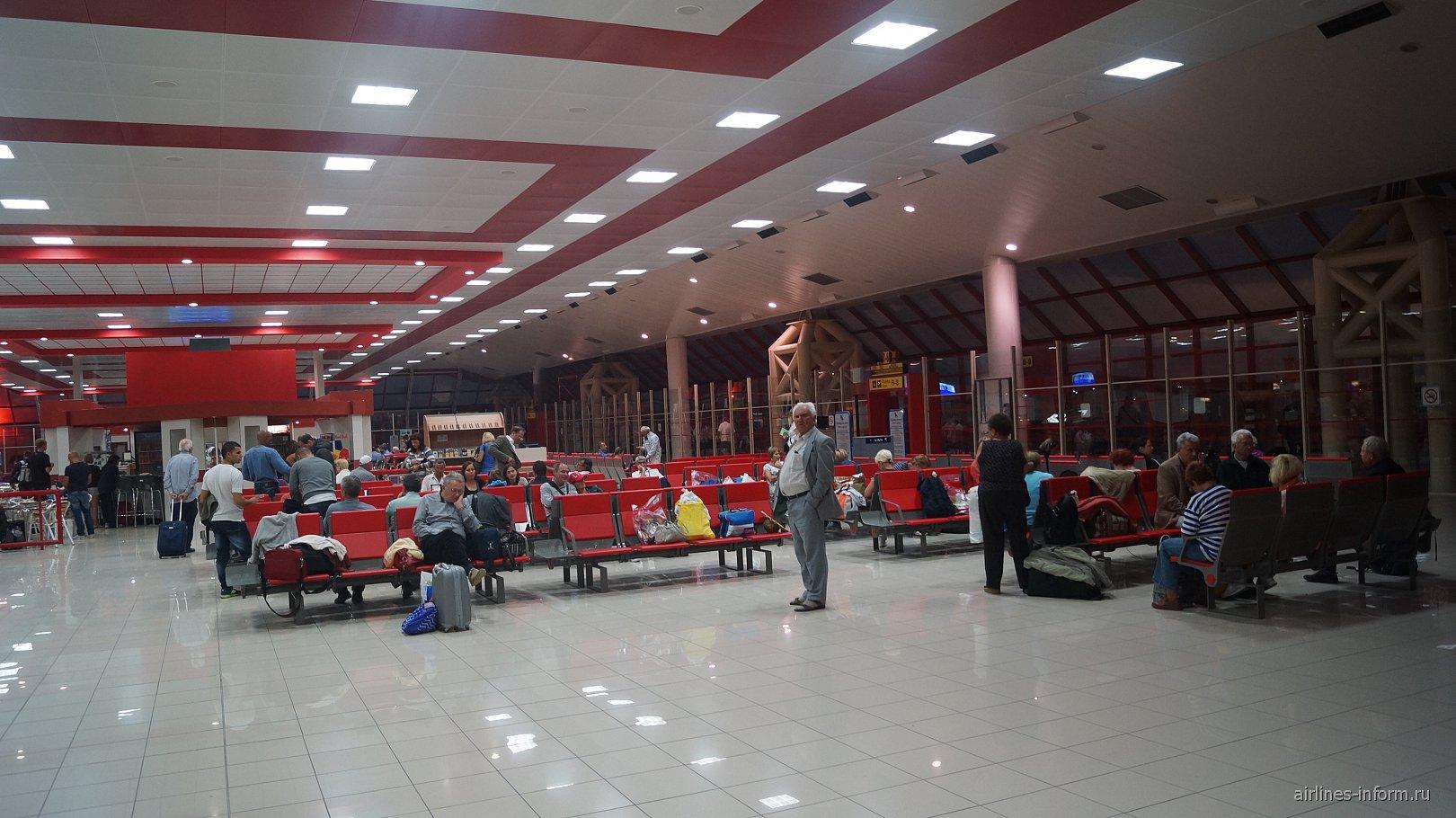 Зал ожидания перед выходами на посадку в аэропорту Гавана Хосе Марти