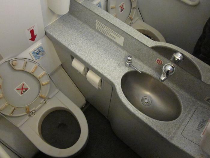 Туалет самолета Airbus A320 Чешских авиалиний