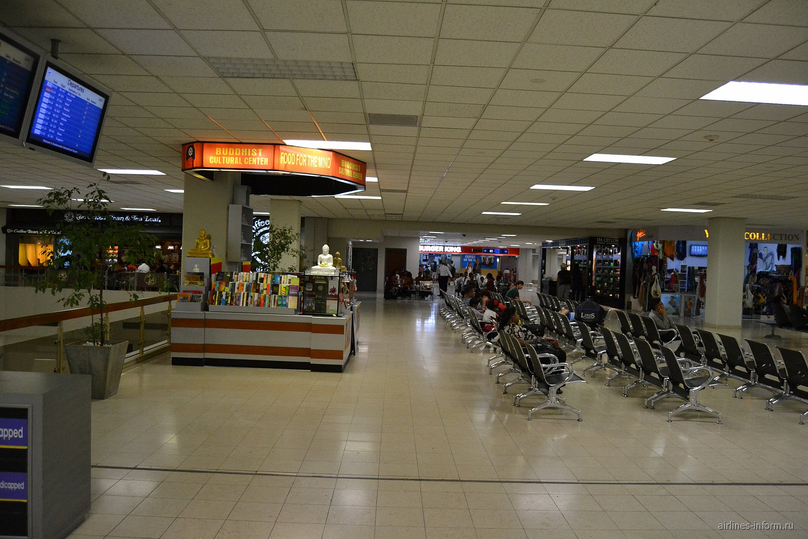 Зал ожидания в чистой зоне аэропорта Коломбо Бандаранайке